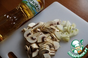 Берем грибы, у меня шампиньоны, нарезам ломтики потолще (примерно 3-4 мм), шинкуем половинку луковицы полукольцами.
