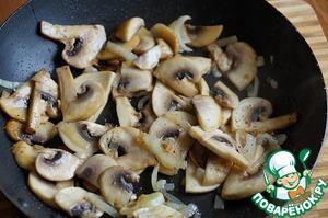 На растительном масле обжариваем лук с грибами до прозрачности лука, приправляем солью, перцем.   НЕ пережаривайте грибы, они должны быть крепкими.