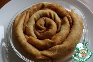 Заворачиваем блины трубочкой и выкладываем в форму, смазанную растительным маслом.