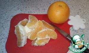 Очистить апельсины, разобрать их на дольки и разрезать каждую на 4-5 частей.