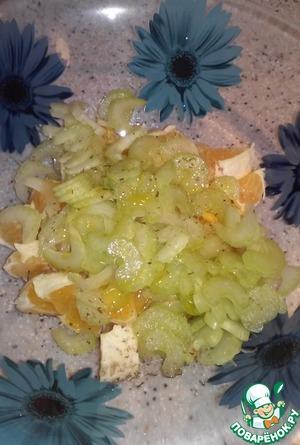 Смешать нарезанные апельсин и сельдерей, полить заправкой из оливкового масла и лимонного сока.