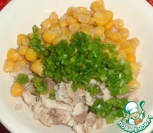 Для начинки понадобится отварное филе любой рыбы. Его нужно порезать кубиками и смешать с консервированной кукурузой и зеленым луком. Добавляем майонез и перемешиваем. Добавляем соль по вкусу. Начинка готова.