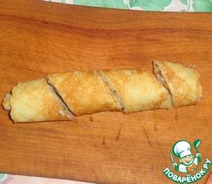 Острым ножом порезать рулетик на несколько частей, выкладываем порционные кусочки на тарелку и подаем к столу.       Приятного аппетита!