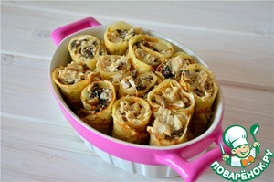 Pancake rolls put in a greased form.  For filling, mix cream with eggs and pour pancakes