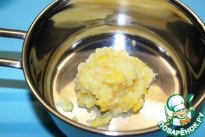 Пока куриные голени готовятся можно приготовить соус. Для соуса половину лимона разрезам на небольшие кусочки и пюрируем блендером, помещаем в небольшую кастрюлю.