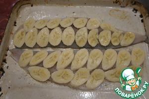 Бананы (лучше взять твердоватые) очистить и нарезать тонкими ломтиками слегка наискосок. Плотно выложить ломтики бананов на филе, стараясь покрыть всю поверхность.