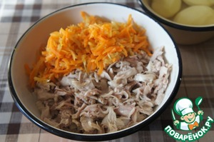 Mix the meat with fried onions and carrots.