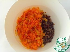 К остывшему рису добавить обжаренные: морковь и луком, посолить, поперчить, добавить любимые специи (по желанию).