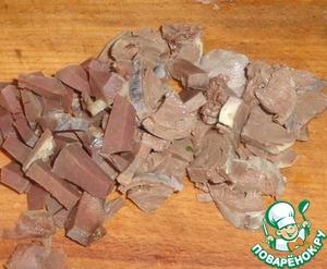 Для начинки понадобится вареная гречка и вареные куриные сердечки. Сердечки порезать небольшими кусочками.