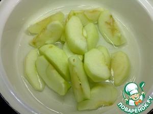 Очищенные яблоки разрежьте на дольки, удалите сердцевину и уложите яблоки в сотейник. Влейте полстакана воды, накройте крышкой и на среднем огне проварите 10 минут.