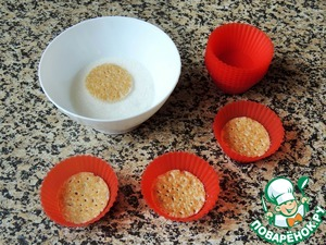 Каждый кружочек обмакнуть в сахар (слегка) и выложить в формочки для кексов друг на друга по 4-6 штук (в зависимости от толщины блинов).