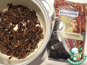 Рис засыпаю в кастрюлю, заливаю водой, довожу до кипения, убавляю огонь и готовлю пр закрытой крышке примерно 55-60 минут. Сливаю лишнюю воду, если она осталась. Даю рису остыть.