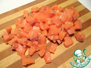 Филе лосося нарезаю кубиками.