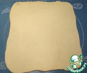 Тесто раскатываю в прямоугольник (если потребуется, используйте муку для подпыла).