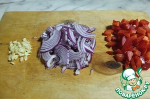 Finely chop the garlic. Onion cut into quarters, pepper cubes.