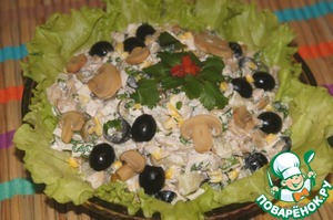 Salad mix salt, pepper, mayonnaise (the most minimal amount, which is possible), lay out on a flat dish lined with lettuce.