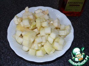 Pear clean, cut into cubes, pour 25 ml cognac and leave for a while to soak up.