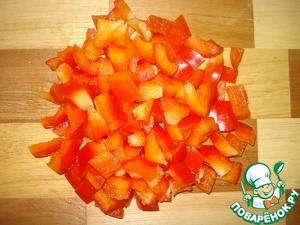 Перец порезать кубиками. У меня, к сожалению, был перец только красного цвета, салат смотрится красивее, если добавить перец разных цветов, по 1/4 от желтого, зеленого, красного и оранжевого.