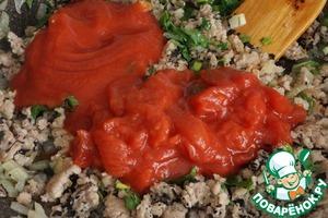 Добавляем измельченные томаты и томатный сок, у меня он тут очень густой был. Перемешиваем, добавляем сахар.