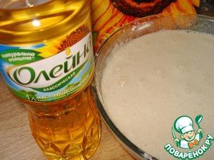 Я пеку блинчики по своему рецепту. Получается много блинчиков. Поэтому рецепт теста сокращайте в несколько раз. Муку просеиваем, добавляем сахар, щепотку соли. Яйца взбиваем вилкой или венчиком, добавляем молоко, перемешиваем. Полученную смесь вливаем в муку. Перемешиваем и добавляем растительное масло Олейна. Оставляем при комнатной температуре на 2 часа. Перед жаркой разводим тесто газированной водой до нужной консистенции.