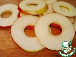 Удалите из яблок середину. Нарежьте яблоки ломтиками толщиной 2-3 мм.