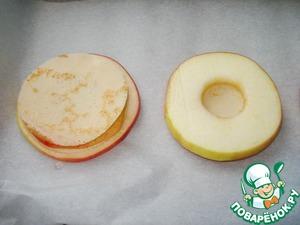 Выкладывайте по очереди блины и кусочки яблок друг на друга так, чтобы получилось четыре башенки.