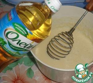 В глубокой посуде или чаше миксера соединяем молоко, сахар тростниковый, соль и цедру. Добавляем яйца. Хорошо размешиваем венчиком. Затем добавляем муку и тщательно перемешиваем, чтобы не было комочков. Добавляем подсолнечное масло ТМ Олейна в тесто и перемешиваем.