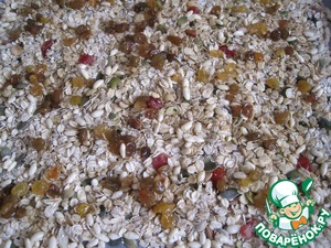 The oven to heat it up to t 150 degrees. On a baking tray lined with baking paper, spread evenly the granola and send in the oven for 1 hour. Every 10-15 minutes the granola should be mixed, what would it evenly baked. The finished granola will give to cool to room t.