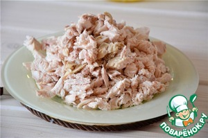 Chicken fillet boil until cooked in advance. Cool, finely chop