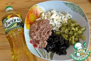 Tuna mash with a fork along with oil. Olives cut into slices. Cucumber and eggs - small cubes.