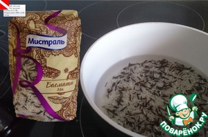 Prepare rice - a mixture of aromatic basmati rice and black wild rice. Fill with water in the ratio 1:2, bring to the boil, cover with a lid and tormented on low heat for 15 minutes.