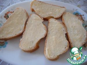 Нарежьте батон ломтиками толщиной 1 см и легонько смажьте их маслом.