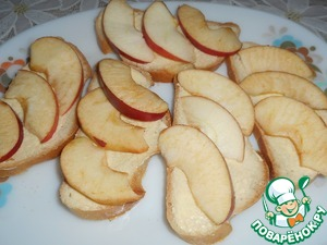 Apples cut into thin slices thickness of 0.5 cm and place them on the bread.