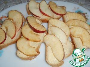 Яблоки нарежьте тоненькими дольками толщиной 0,5 см и выложите их на хлеб.