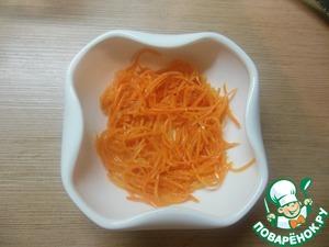 В большой салатник, либо в порционные салатники выкладываем первым слоем морковь по - корейски.