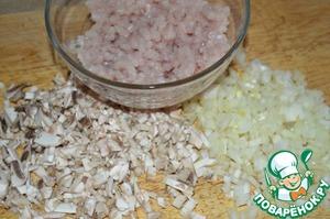 Куриное филе прокручиваем на мясорубке. Шампиньоны и лук измельчаем.