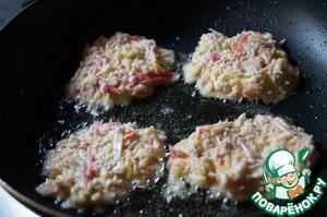 Разогреваем на сковороде растительное масло и ложкой или руками выкладываем массу, формируя оладьи.