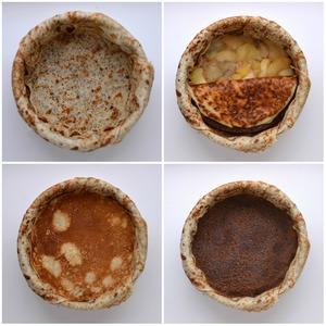 Сборка:   Форму диаметром 18 см выстелить пищевой пленкой. Укладываем в форму 4-5 обычных блинов так, чтобы их края немного свисали с бортика формы. Шоколадный блин обрезать по диаметру формы, уложить на дно.   Выложить слой карамелизованных яблок и бананов. Накрыть маковым блином, затем шоколадным. Слегка прижать блины руками ко дну формы – утрамбовать.
