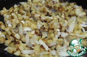 Мелко нарезанный лук и чеснок добавляем к баклажану