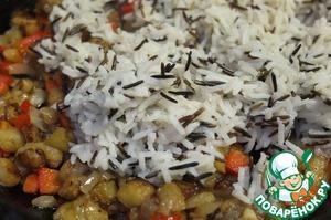 В овощную смесь добавляем рис, перемешиваем и снимаем с огня.