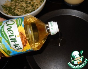 Pan greased with sunflower oil. Begin to fry the pancakes and immediately lay them in the stuffing.