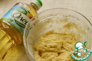 In a Cup mix the flour with the sugar, eggs, vegetable oil.
