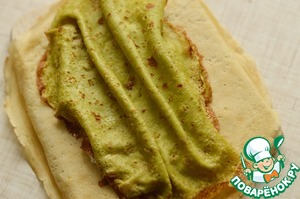 Put pistachio pancake, forming grooves, as in the photo.