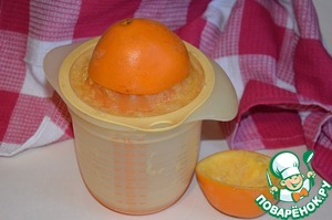 Of the oranges, squeeze the juice.  p. S. Zimin squeezes the juice directly into the pot, by hand and without any devices))