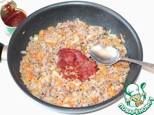 Когда фарш будет готов, положите томатную пасту. Перемешать. Продержать на огне 1-2 минуты, чтобы вкусы смешались. Добавить соль, острый перец и паприку.