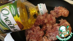 Meanwhile, prepare the filling. Mince, fry until cooked in vegetable oil. Add salt to taste.