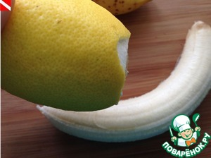 Peel the bananas, sprinkle with lemon juice.