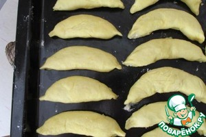 """Slightly bending the cookies to form the shape of a small banana and stacked on the sheet seam side down. Bake for about 25 minutes at 190-200 degrees. With up to a Browning of the tips. Long the oven is not necessary, as only """"bananas"""" vspuhnu, and the tips will darken slightly, take out."""
