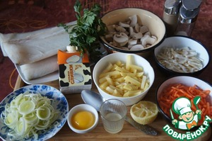 To prepare food for our soup. Wash vegetables and clean. The carrots and celery into thin strips, potato cubes, onion – rings. To prepare fish broth. It can be cooked in advance.