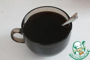 Кофе заливаем горячей водой. Добавляем сахар и ванилин. Кофе можно использовать и сваренный в турке.